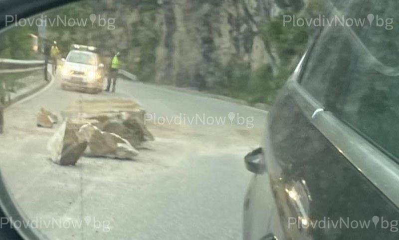 Огромни скални късове паднаха на пътя край Асеновград