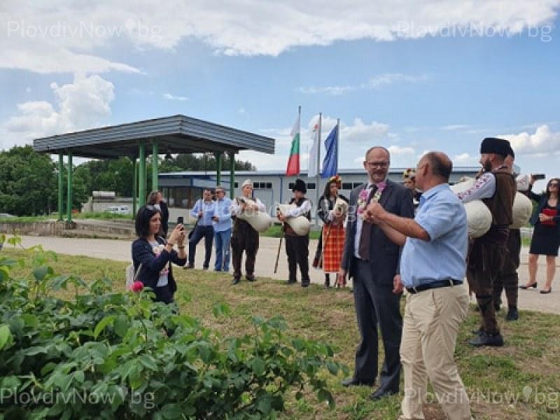Посланикът на Дания видя розобера в Брезовско и как се добива уникалното масло