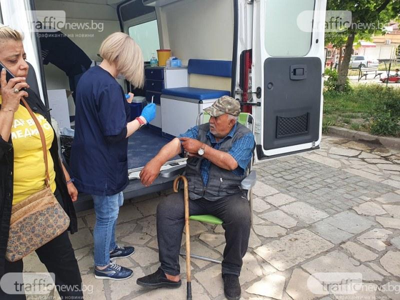 """Започна масовата ваксинация в Столипиново, 76-годишният Юсуф първи си сложи доза на """"Янсен"""""""