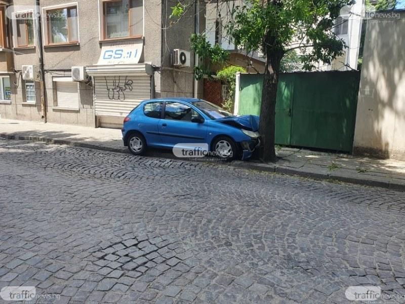 Автомобил се е врязал в дърво в центъра на Пловдив рано сутринта