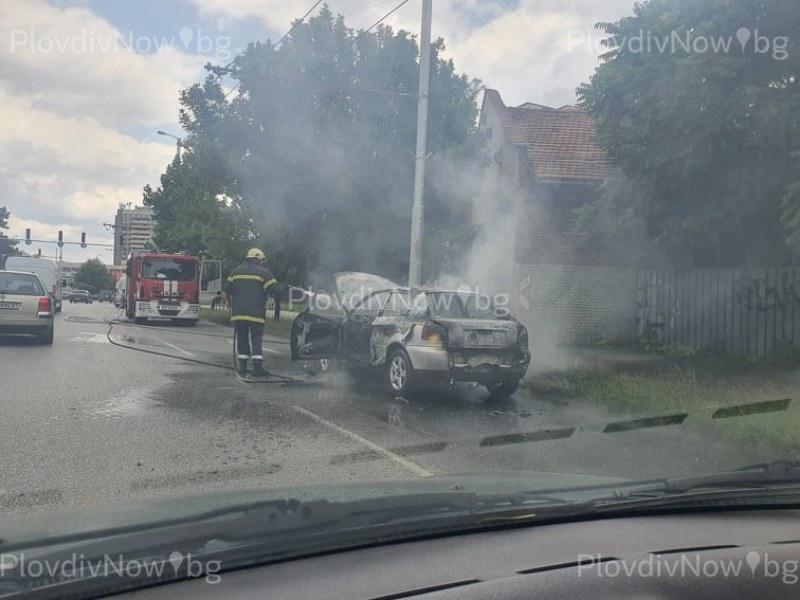Кола пламна в движение в Пловдив