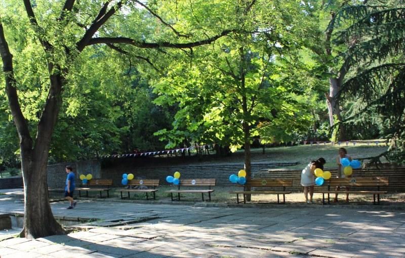 Нови пейки, маси за игри и кошчета се появиха на Младежкия хълм
