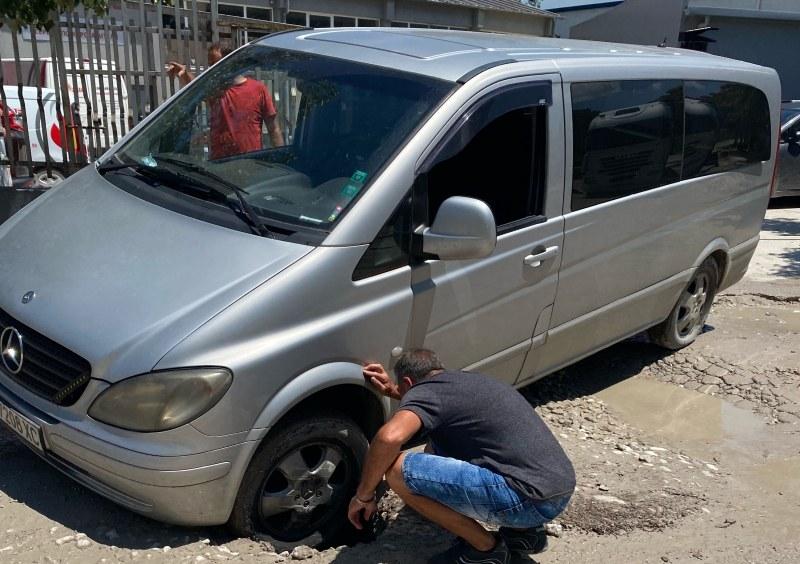 Нова жертва на огромната дупка в опасния участък на Рогошко шосе