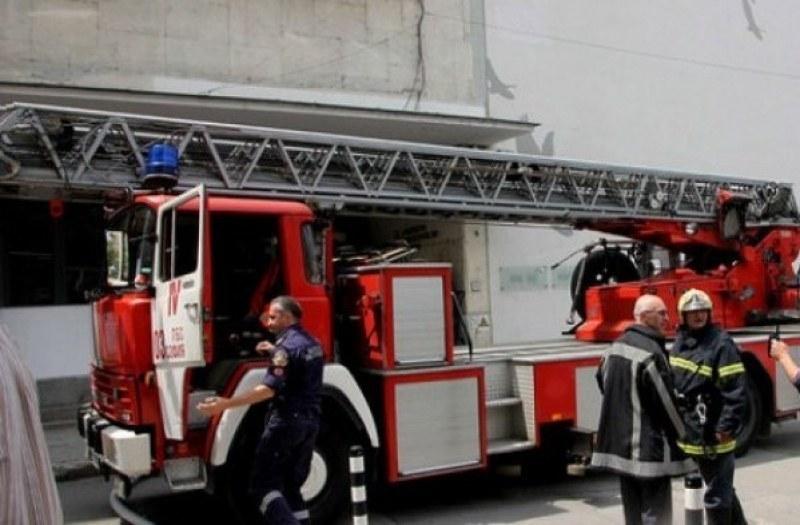 Житен масив горя край Съединение, селскостопанска постройка - в Карловско
