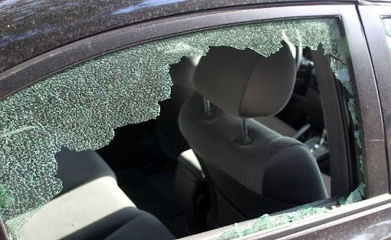 Две момчета се скараха със съсед в Асеновград, потрошиха колата му с камъни