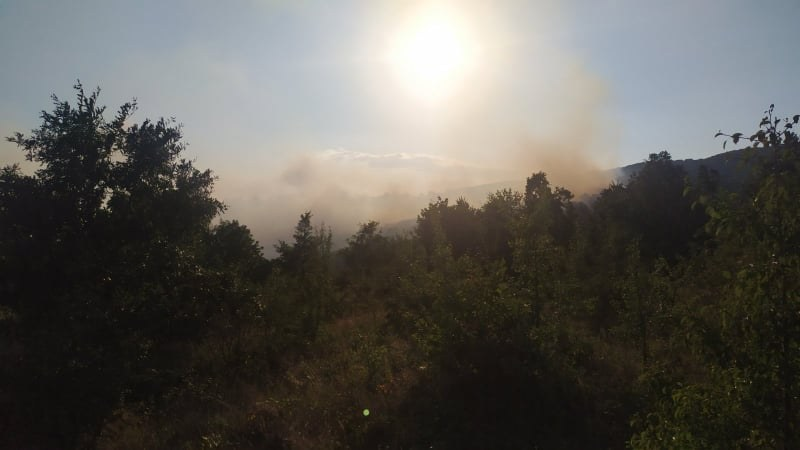 Голям пожар в Хисарско! Шест екипа огнеборци гасят пламъците