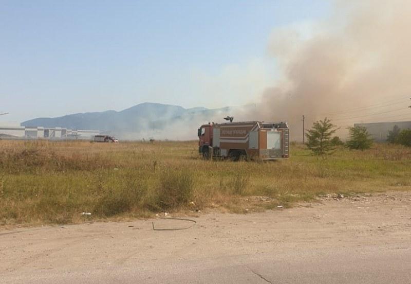 Пожар е пламнал и край Асеновградско шосе