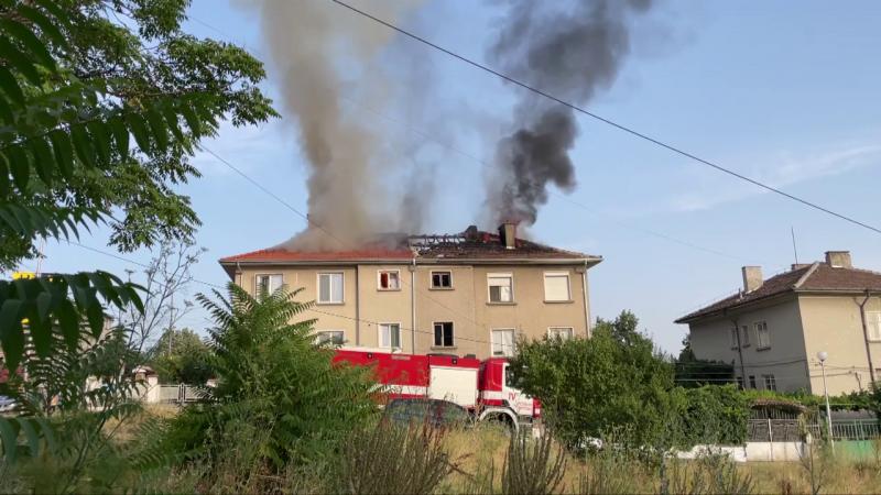 Пожар стана в Карлово! Запали се покрив на къща!