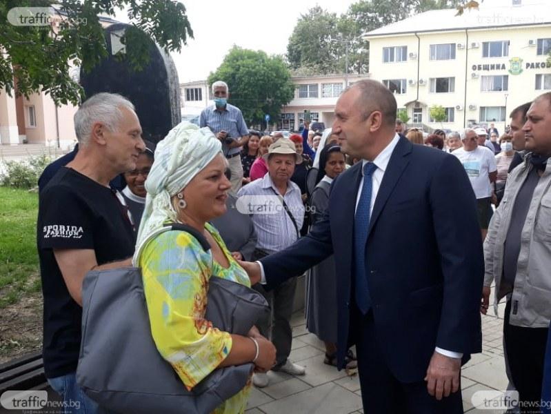 Десетки жители на Раковски посрещнаха Президента с цветя и аплодисменти
