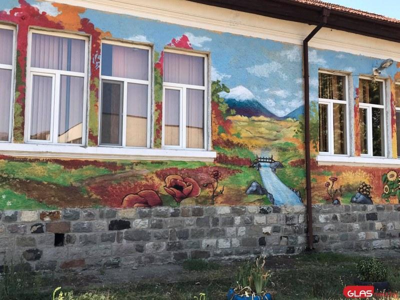Училище в Първомайско ще изненада децата с нова оригинална визия