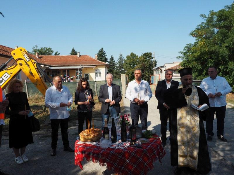Навръх Кръстовден! Дадоха старт на строежа на нова детска градина в Радиново