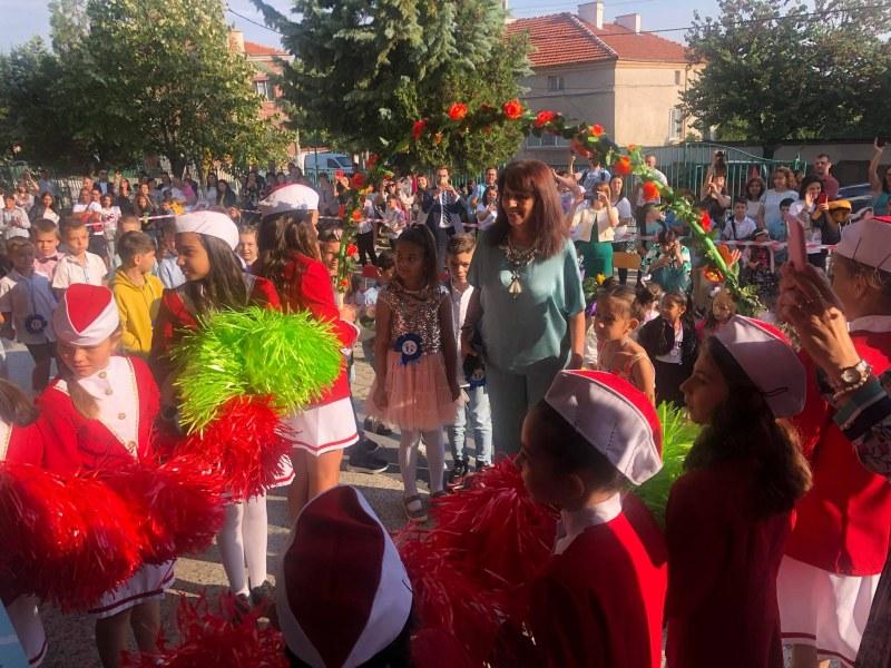 С песни, стихове и химна децата в Куклен посрещнаха новата учебна година