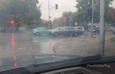 Четири катастрофи в Пловдив тази сутрин, кола се заби в спирка