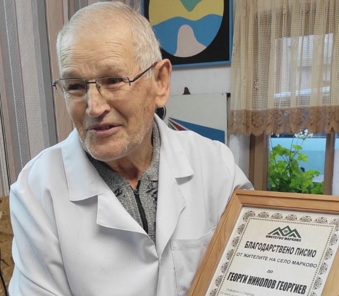 60 години чукна дядо Георги като бръснар в Марково, уважиха го подобаващо
