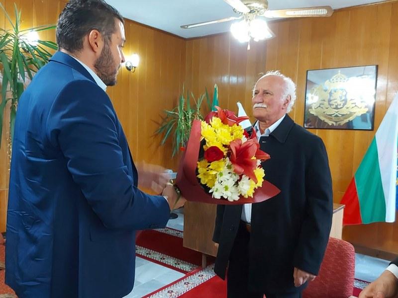 """Кметът на """"Родопи"""" отдаде уважение на свой колега и общественик"""