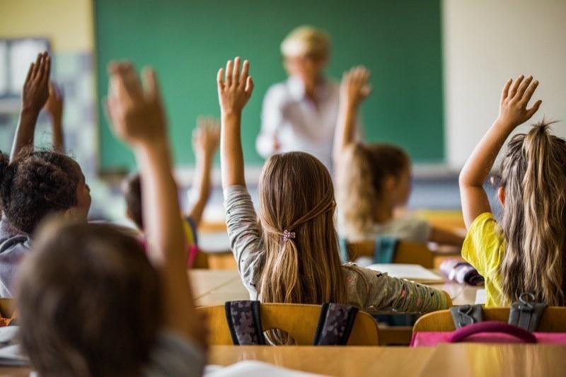 """Бюро """"Родопи"""" още търси 11 учители, има и места за десетки работници"""