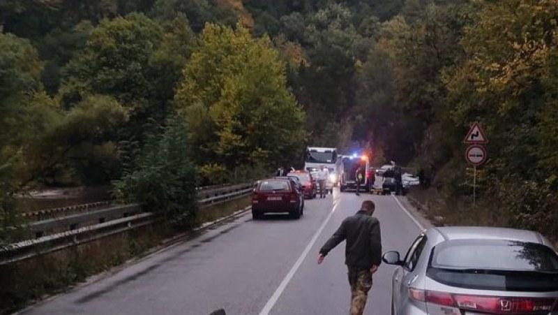 Катастрофа стана на пътя Асеновград - Бачково, движението е спряно