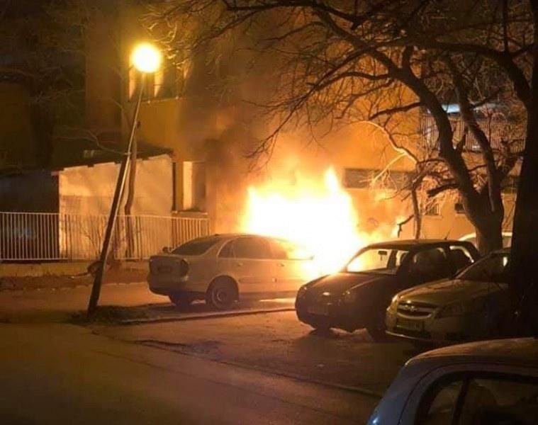 Кола горя на улицата в Раковски