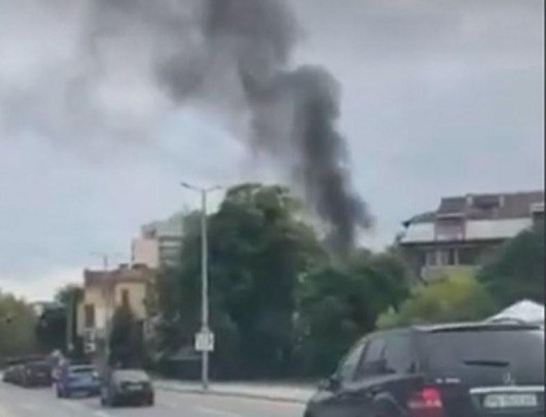 Кола се запали в центъра на Пловдив, черен дим се изви над града