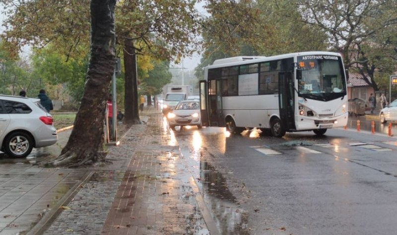 Две катастрофи в Пловдив! Автобус и кола се удариха