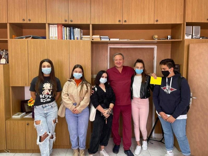 Ученици от Асеновград с жест към ковид отделението и към болно момиче