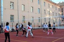 """Момичетата от волейболния отбор пробваха новата площадка в СУ """"П. Хилендарски"""""""