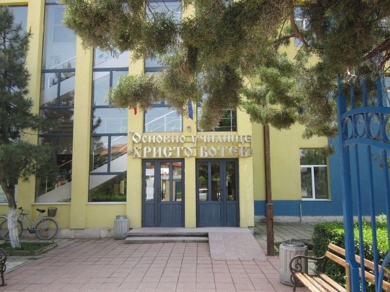 Не за пръв път деца предават намерен портфейл в училището в Раковски